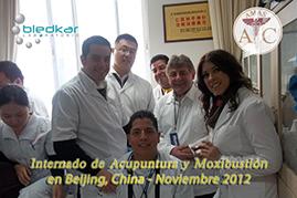 grupo haciendo practicas clinicas en el hospital donde se imparte el curso de acupuntura
