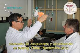 dr. chino imparte clases a estudiantes del curso de acupuntura