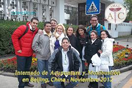 el grupo de participantes al curso de acupuntura se toma una foto frente a las instalaciones del hospital en china