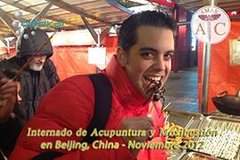 participante come alimentos tipicos de China durante los recorridos que se ofrecen durante el curso de china