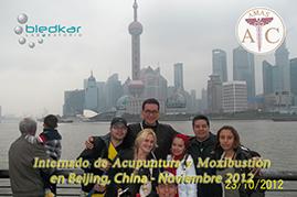 particpantes del curso de acupuntura se toman una foto en el Bund en Shanghai durante los recorridos turisticos