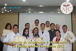 fotos del grupo mostrando los reconocimientos del curso de acupuntura