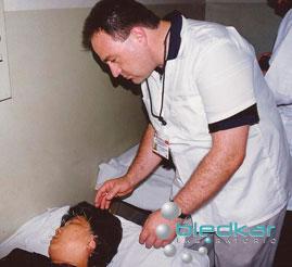 haciendo prácticas en el curso dde acupuntura